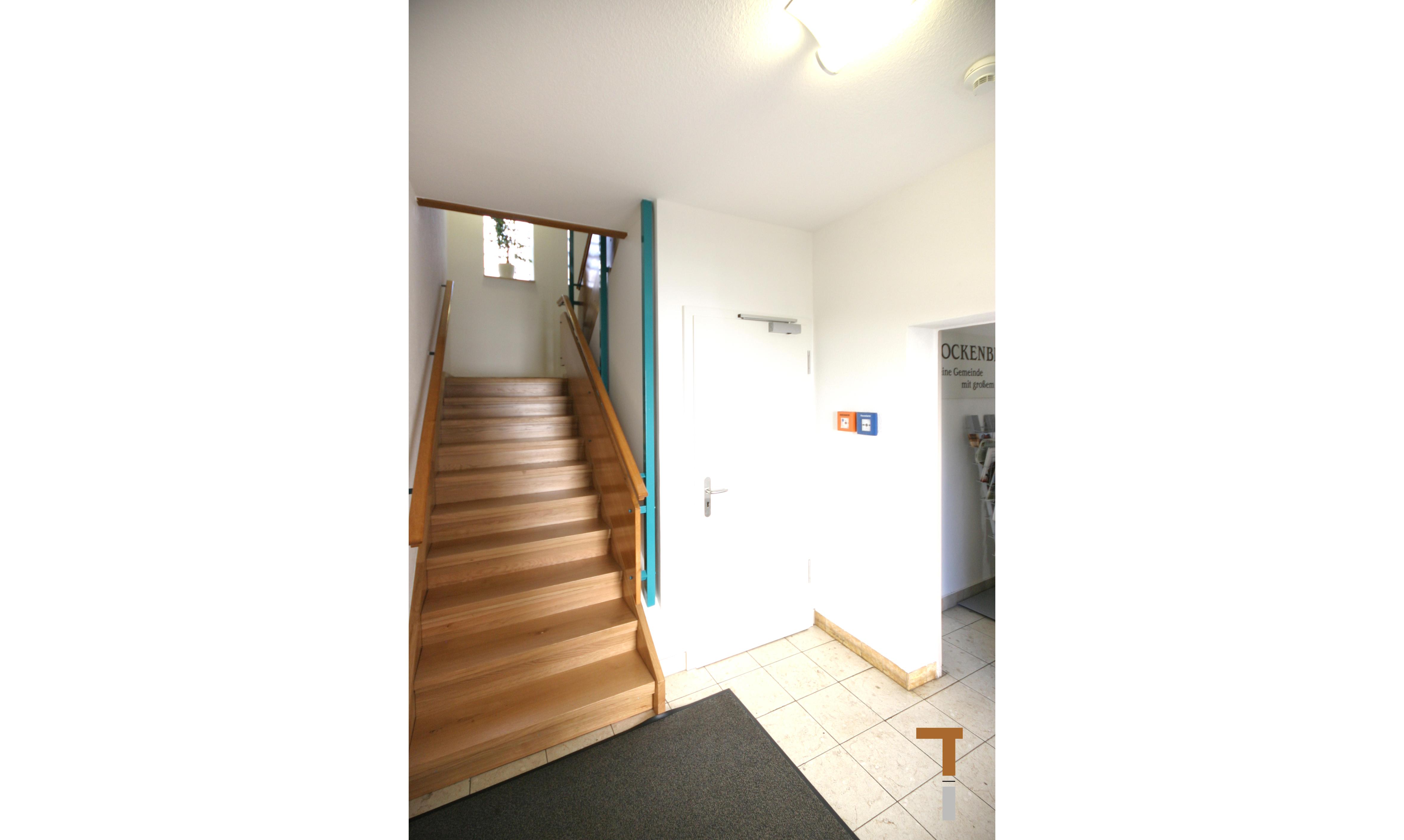 Treppenhaus mit neuem Lager unter der Treppe